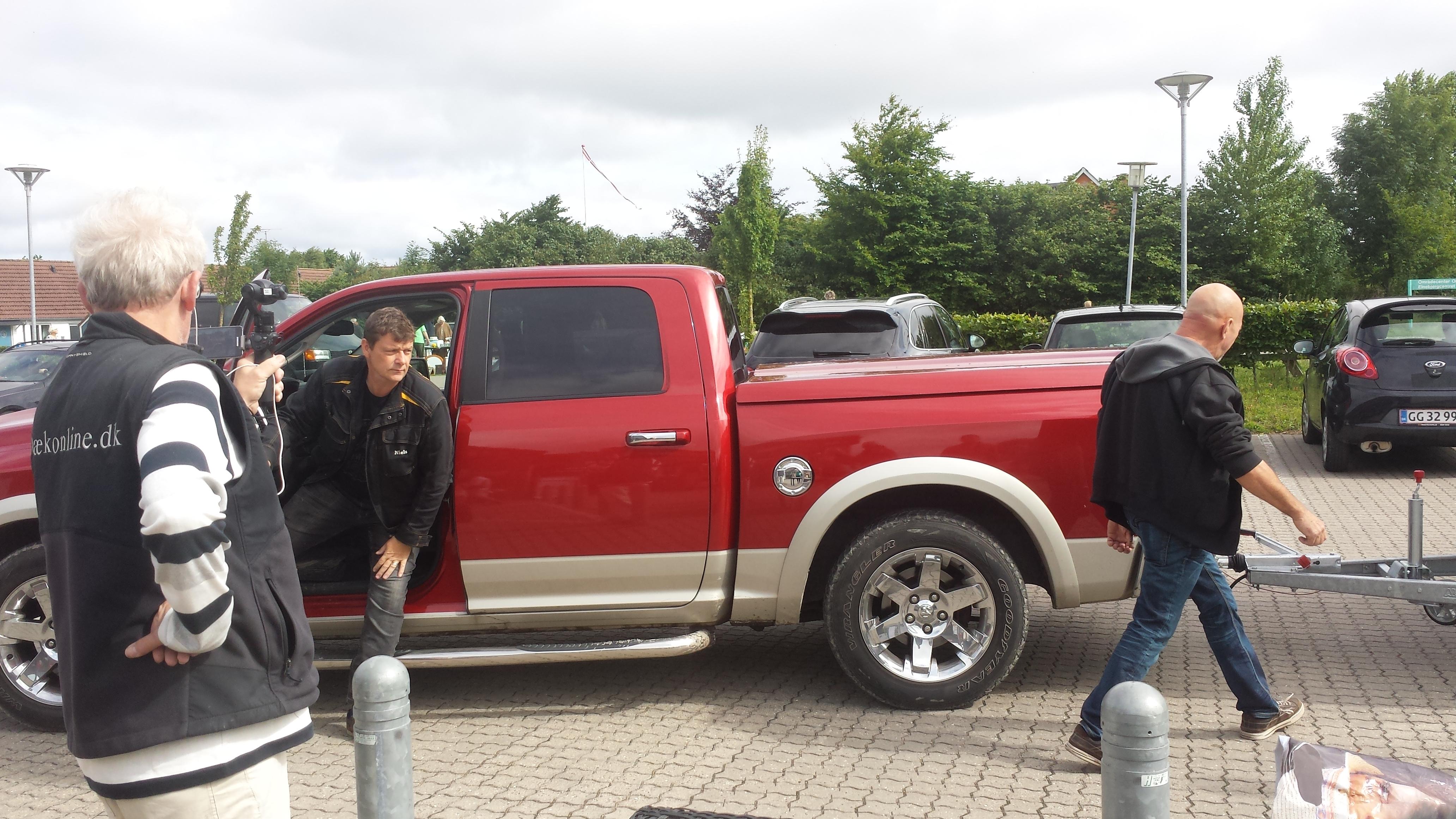 Niels og Bjarne kommer med vognen